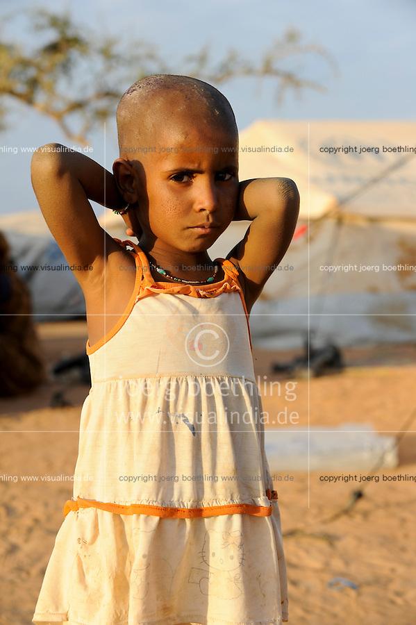 BURKINA FASO Djibo , malische Fluechtlinge, vorwiegend Tuaregs, im Fluechtlingslager Mentao des UN Hilfswerks UNHCR, sie sind vor dem Krieg und islamistischem Terror aus ihrer Heimat in Nordmali geflohen, Portraet eines Fluechtlingkinds / BURKINA FASO Djibo, malian refugees, mostly Touaregs, in refugee camp Mentao of UNHCR, they fled due to war and islamist terror in Northern Mali