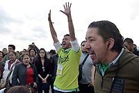 BOGOTA - COLOMBIA, 27-05-2018: Seguidores de Sergio Fajardo cantan en apoyo a su candidato. Las elecciones presidenciales de Colombia de 2018 se celebrarán el domingo 27 de mayo de 2018. El candidato ganador gobernará por un periodo máximo de 4 años fijado entre el 7 de agosto de 2018 y el 7 de agosto de 2022. /Sergio Fajardo followers sing in support of their candidate. Colombia's 2018 presidential election will be held on Sunday, May 27, 2018. The winning candidate will govern for a maximum period of 4 years fixed between August 7, 2018 and August 7, 2022. Photo: VizzorImage / Nicolas Aleman / Cont