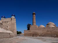 Minarett und Kuppeln, Xiva, Usbekistan, Asien, UNESCO-Weltkulturerbe<br /> Minaret and domes, historic city Ichan Qala, Chiwa, Uzbekistan, Asia, UNESCO heritage site