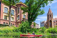 Paddler im Kajak auf dem Jakobskanal, hinten Theodor-Fontane-Schule und Jakobskapelle, Brandenburg an der Havel, Brandenburg, Deutschland