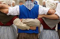 Cercle Celtique Bro Gwenrann,<br /> Guerande, reunion avant le passage sur scene afin d'assurer la cohesion du groupe