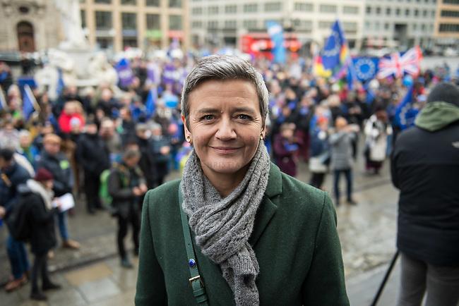 """Hunderte Menschen kamen am Samstag den 27. Januar 2019 in Berlin zu einer Kundgebung des ueberparteilichen Zusammenschluss """"Pulse of Europe"""" um fuer ein vereintes und friedliches Europa, ohne Fremdenhass und Ausgrenzung von Minderheiten zu demonstrieren. """"Wir wollen ein Zeichen setzen! Ein Zeichen, dass sich viele Menschen aktiv für den Erhalt eines demokratischen und rechtsstaatlichen, vereinten Europas einsetzen"""", so die Veranstalter, die sich auch ganz deutlich gegen einen Brexit aussprachen.<br /> Als Redner sprachen u.a. Margrethe Vestager, EU-Wettbewerbs-Kommissarin aus Daenemark (im Bild) und Guy Verhofstadt, Chefunterhaendler im EU-Parlament fuer den Brexit.<br /> Zu Beginn sprach die Publizistin Lea Rosh anlaesslich des Jahrestags der Befreiung des Konzentrationslager Auschwitz am 27. Januar 1945.<br /> In vielen Staedten Europas finden einmal pro Monat am Sonntag Veranstaltungen von Pulse of Europe statt.<br /> 27.1.2019, Berlin<br /> Copyright: Christian-Ditsch.de<br /> [Inhaltsveraendernde Manipulation des Fotos nur nach ausdruecklicher Genehmigung des Fotografen. Vereinbarungen ueber Abtretung von Persoenlichkeitsrechten/Model Release der abgebildeten Person/Personen liegen nicht vor. NO MODEL RELEASE! Nur fuer Redaktionelle Zwecke. Don't publish without copyright Christian-Ditsch.de, Veroeffentlichung nur mit Fotografennennung, sowie gegen Honorar, MwSt. und Beleg. Konto: I N G - D i B a, IBAN DE58500105175400192269, BIC INGDDEFFXXX, Kontakt: post@christian-ditsch.de<br /> Bei der Bearbeitung der Dateiinformationen darf die Urheberkennzeichnung in den EXIF- und  IPTC-Daten nicht entfernt werden, diese sind in digitalen Medien nach §95c UrhG rechtlich geschuetzt. Der Urhebervermerk wird gemaess §13 UrhG verlangt.]"""
