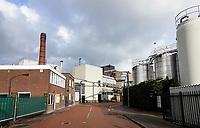 Nederland - Zaanstad- Zaandam- 2020.  ZOR. Zaanlandse Olieraffinaderij. Het bedrijf raffineert en verhandelt plantaardige oliën en vetten van alle soorten, zoals zonnebloemolie, palmpitvet enzovoort. Het bedrijf werd opgericht in 1930. Omstreeks 1950 werden ook slasauzen geproduceerd. De ZOR werd in 1957 overgenomen door Stuurman Cacao. Dit bedrijf wilde de raffinagecapaciteit deels inzetten voor de zuivering van cacaoboter. In 1964 kwam er een zeer moderne raffinage-installatie en ook verdere uitbreidingen werden gerealiseerd. In 1979 werd Stuurman Cacao door Gerkens Cacao overgenomen en kwam ook de ZOR in handen van dit bedrijf, dat weer eigendom was van General Cocoa. Zowel de opslag- als de raffinagecapaciteit werd nog werder uitgebreid.    Uiteindelijk werd Cargill in 1989 de eigenaar van General Cocoa en dus van de ZOR.   Foto Berlinda van Dam / Hollandse Hoogte