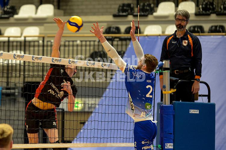 27-02-2021: Volleybal: Amysoft Lycurgus v Computerplan VCN: Groningen VCN  speler  Tom van Reeuwijk slaat de bal langs het blok van Lycurgus speler Luke Herr