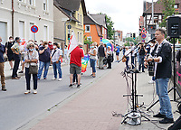 Ralf Baitinger spielt Lieder der Friedensbewegung auf der Protestveranstaltung gegen Rechts - Gross-Gerau 10.07.2021: Protest gegen AfD Veranstaltung