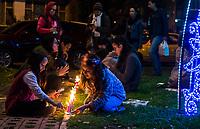 BOGOTA - COLOMBIA, 07-12-2017: Cientos de personas se dieron cita hoy, diciembre 7 de 2017, en el popular ParkWay de la ciudad de Bogotá para celebrar el día de las velitas que marca el inicio de las festividades decembrinas en Colombia./ Hundreds of people gathered today, 07 December 2017, at ParkWay, popular place of Bogota, to celebrate the day of the candles that markzs the beginning of the Christmas festivities in Colombia. Photo: VizzorImage / Gabriel Aponte / Staff