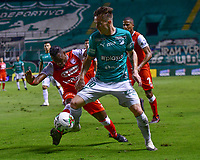 PALMIRA - COLOMBIA, 19-10-2020: Agustin Palavecino del Cali disputa el balón con Carlos Arboleda del Santa Fe durante partido entre Deportivo Cali e Independiente Santa Fe por la fecha 15 de la Liga BetPlay DIMAYOR I 2020 jugado en el estadio Deportivo Cali de la ciudad de Palmira. / Agustin Palavecino of Cali vies for the ball with Carlos Arboleda of Santa Fe during match between Deportivo Cali and Independiente Santa Fe for the date 15 as part of BetPlay DIMAYOR League I 2020 played at Deportivo Cali stadium in Palmira city.  Photo: VizzorImage / Nelson Rios / Cont