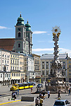 Oesterreich, Oberoesterreich, Linz: Kulturhauptstadt Europas 2009 - Hauptplatz mit Dreifaltigkeitssaeule von 1717 und dem Alten Dom (Jesuitenkirche) von 1669  | Austria, Upper Austria, Linz: European capital of culture 2009 - Hauptplatz (main square) with Trinity Column from 1717 and Old Cathedral (Jesuit church) from 1669