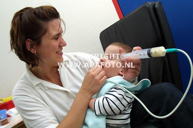 Nijmegen , 140501  Foto: Koos Groenewold<br />Kinderen met eetstoornissen worden gevoed.