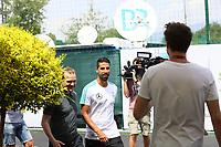 Sami Khedira (Deutschland Germany) wird vor der Pressekonferenz von SAT1 Comedian Luke Mockridge abgefangen und interviewt - 26.05.2018: Pressekonferenz der Deutschen Nationalmannschaft zur WM-Vorbereitung in der Sportzone Rungg in Eppan/Südtirol