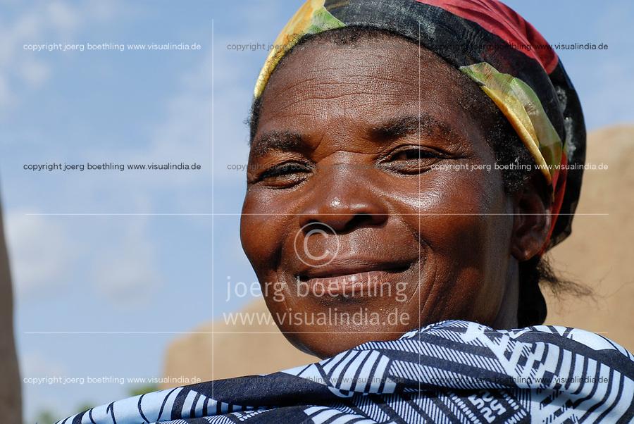 BURKINA FASO Dorf Sesuala bei Pó , Ethnie Kassena ,Frauen Kooperative verarbeiten Karite bzw Shea Nuesse zu Shea Butter, Frau Avi Nabila , Leiterin der Kooperative - BURKINA FASO , village Sesuala near Pó , ethnic Kassena , women cooperative produce shea butter from shea nuts of Karite tree, Mrs. Avi Nabila , leader of cooperative