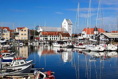 Denmark, Jutland, Sæby: Sæby Klosterkirke and the harbour | Daenemark, Juetland, Sæby: Sæby Klosterkirche und Hafen