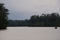 Travessia de balsa no rio Guajará Mirim.<br /> Vila Penhalonga, Vigia de Nazaré, Pará Brasil.<br /> Foto Paulo Santos.<br /> 01/09/2013