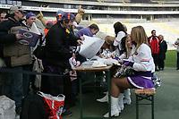 Die Galaxy Dancers geben beim Fan Day Autogramme