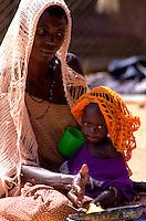 GULU/NORD UGANDA.UNA MADRE COL SUO BAMBINO NEL REPARTO DENUTRITI DEL LACOR HOSPITAL DI GULU..FOTO LIVIO SENIGALLIESI..GULU/ NORTH UGANDA.MOTHER WITH HER CHILD AFFECTED BY MALNUTRITION. .PHOTO LIVIO SENIGALLIESI
