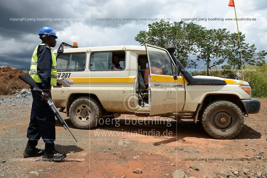 TANZANIA Geita Gold Mine, open-cast gold mine of company AngloGold Ashanti, security guard with pump-gun / TANSANIA Geita Goldmine der Firma AngloGold Ashanti, Wachmann mit Pump-gun