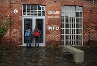 Spinnerei - alte Baumwollspinnerei in Plagwitz / Leipzigs Kunstzentrum / Künstler haben hier ihre Ateliers und zahlreiche Galerien sind in den betagten Gebäuden angesiedelt - im Bild: Ansicht bei Regenwetter - Touristen / Interessierte vor der Info / Information der Spinnerei / Souvenir Shop / Geschlossen.  Foto: aif / Norman Rembarz..Jegliche kommerzielle wie redaktionelle Nutzung ist honorar- und mehrwertsteuerpflichtig! Persönlichkeitsrechte sind zu wahren. Es wird keine Haftung übernommen bei Verletzung von Rechten Dritter. Autoren-Nennung gem. §13 UrhGes. wird verlangt. Weitergabe an Dritte nur nach  vorheriger Absprache. Online-Nutzung ist separat kostenpflichtig..