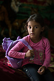 Ein Mädchen aus Rosia vor ihrem ersten Schultag. Sie lebt bei ihrer Grossmutter. Die Mutter arbeitet in Deutschland. / Eine der 25 Waldorfschulen Rumäniens liegt in dem fast ausschließlich von Roma bewohnten Dorf Rosia in der Mitte des Landes. Anders als in Deutschland kommen die Schüler nicht aus bürgerlichen Familien, sondern meist aus einfachen Verhältnissen.