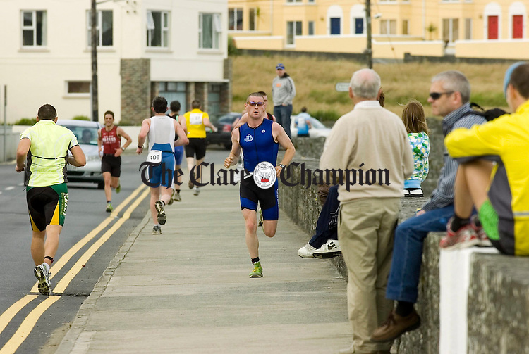 Runners cross paths during the final section of the Kilkee Triathlon.Pic Arthur Ellis.