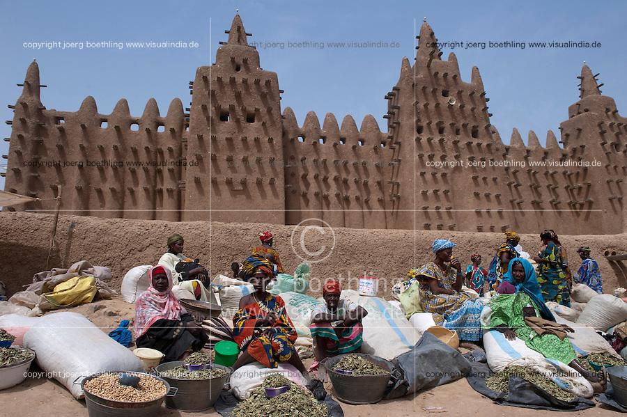 MALI Djenne , Markt vor Grosser Moschee, das Monument aus Lehm ist UNESCO Weltkulturerbe / MALI Djenne , market infront of Grand Mosque build from clay is UNESCO world heritage