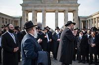"""Europaeische Rabbinerkonferenz in Berlin.<br /> Vom 29. Februar bis zum 2. Maerz 2016 fand zum ersten Mal die Rabbinerkonferenz des Rabbinical Center of Europe in Berlin statt. 150 Rabbiner aus ganz Europa nehmen an dieser Konferenz teil und diskutieren diverse juedische Themen. Das Motto der diesjaehrigen Konferenz ist """"Einheit der Welt"""".<br /> Das Rabbinical Center of Europe wurde vor 14 Jahren ins Leben gerufen. In ihm sind  mehr als 700 Rabbiner aus ganz Europa organisiert. Sie vertreten zahlreichen juedische Gemeinden in Europa.<br /> Am Montag den 1. Maerz 2016 kamen die Konferenzteilnehmer zu vor das Brandenburger Tor.<br /> 1.3.2016, Berlin<br /> Copyright: Christian-Ditsch.de<br /> [Inhaltsveraendernde Manipulation des Fotos nur nach ausdruecklicher Genehmigung des Fotografen. Vereinbarungen ueber Abtretung von Persoenlichkeitsrechten/Model Release der abgebildeten Person/Personen liegen nicht vor. NO MODEL RELEASE! Nur fuer Redaktionelle Zwecke. Don't publish without copyright Christian-Ditsch.de, Veroeffentlichung nur mit Fotografennennung, sowie gegen Honorar, MwSt. und Beleg. Konto: I N G - D i B a, IBAN DE58500105175400192269, BIC INGDDEFFXXX, Kontakt: post@christian-ditsch.de<br /> Bei der Bearbeitung der Dateiinformationen darf die Urheberkennzeichnung in den EXIF- und  IPTC-Daten nicht entfernt werden, diese sind in digitalen Medien nach §95c UrhG rechtlich geschuetzt. Der Urhebervermerk wird gemaess §13 UrhG verlangt.]"""