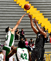 BOGOTA – COLOMBIA - 28 – 05 - 2017: Jairo Mendoza (Der.) jugador de Piratas de Bogota, salta a disputar el balón con Oscar Fonseca (Izq.) jugador de Aguilas, durante partido entre Piratas de Bogota y Aguilas de Tunja por la fecha 4 de Liga  Profesional de Baloncesto Colombiano 2017 en partido jugado en el Coliseo El Salitre de la ciudad de Bogota. / Jairo Mendoza (R) player of Piratas of Bogota, jumps for the ball with Oscar Fonseca (L) player of Aguilas of Tunja, during a match between Piratas of Bogota and Aguilas of Tunja, of the  date 4th for La Liga  Profesional de Baloncesto Colombiano 2017, game at the El Salitre Coliseum in Bogota City. Photo: VizzorImage / Luis Ramirez / Staff.