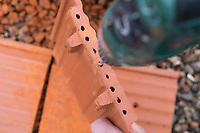 Wildbienen-Nisthilfe aus Strangfalzziegel, Strangfalzziegel, Tonziegel mit Hohlräumen, Biberschwanz, Dachziegel. Schritt 2: die unschönen Lochränder in der Strangfalzziegel werden mit einem Bohrer geglättet. Wildbienen-Nisthilfen, Wildbienen-Nisthilfe selbermachen, selber machen, Wildbienenhotel, Insektenhotel, Wildbienen-Hotel, Insekten-Hotel
