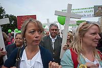 """Ca. 2.000 Menschen beteiligten sich am Samstag den 20. September 2014 in Berlin am sog. """"Marsch fuer das Leben"""" des konservativ-christlichen Bundesverband Lebensrecht e.V. Die Teilnehmer das Marsches waren zum Teil aus Holland, Gross Britannien, den USA und Polen angereist. Martin Lohmann, Vorsitzender des Vereins, begruesste unter den Anwesenden ausdruecklich die rechte AfD-Politikerin Beatrice von Storck.<br /> Der Marsch wurde lautstark von Frauenorganisationen und linken Gruppen begleitet. Mehrfach kam es zu kurzen Sitzblockaden, so dass die Marschroute geaendert werden musste. Die Polizei raeumte die Sitzblockaden mit Schlaegen, Tritten und eigens fuer diesen Zweck erprobten Schmerzgriffen.<br /> In der Bildmitte: Martin Lohmann, Vorsitzender Bundesverband Lebensrecht e.V.<br /> 20.9.2014, Berlin<br /> Copyright: Christian-Ditsch.de<br /> [Inhaltsveraendernde Manipulation des Fotos nur nach ausdruecklicher Genehmigung des Fotografen. Vereinbarungen ueber Abtretung von Persoenlichkeitsrechten/Model Release der abgebildeten Person/Personen liegen nicht vor. NO MODEL RELEASE! Don't publish without copyright Christian-Ditsch.de, Veroeffentlichung nur mit Fotografennennung, sowie gegen Honorar, MwSt. und Beleg. Konto: I N G - D i B a, IBAN DE58500105175400192269, BIC INGDDEFFXXX, Kontakt: post@christian-ditsch.de<br /> Urhebervermerk wird gemaess Paragraph 13 UHG verlangt.]"""
