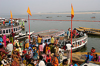 01.12.2008 Varanasi(Uttar Pradesh)<br /> <br /> Crowd during the weddings season in the ghat.<br /> <br /> Foule pendant la saison des mariage sur le ghat.