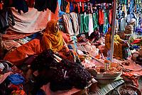 ETHIOPIA , Harar, old town, textile market / AETHIOPIEN, Harar, Altstadt, Markt