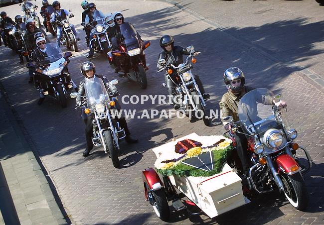 Tiel , 120501  foto: Koos Groenewold <br />Met een speciale Harley Davidson werd zaterdag de 49  jarige Rob Hagenaars naar het crematorium in Beuningen gebracht.  Het was de eerste keer dat een overledene op deze manier vervoerd werd De stoet werd begeleid door 29 motorrijders, waaronder de vrouw van Rob Hagenaars(rechts)