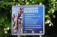 Nederland  - Nieuwersluis - 2020.  Gedragscode racefiets;  bord langs de weg.  Foto Berlinda van Dam / Hollandse Hoogte