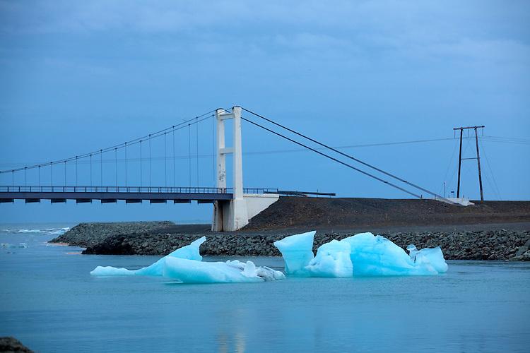 Europa, ISL, Island, Austurland, (dt. Ostland), Südisland, Hornafjörður, Vatnajökull, See, Gletschersee Jökulsárlón, (dt. Gletscherflusslagune), Eisberge, Brücke der Ringstraße, Die Eisberge auf dem Gletschersee Jökulsárlón stammen vom Gletscher Breiðamerkurjökull. An der Gletscherzunge lösen sich die Eisberge vom Gletscher. Bei ablaufender Tide werden Eisberge aus der Lagune ins Meer gespült und teilweise am angrenzenden schwarzen Basaltstrand wieder angeschwemmt. Kategorien und Themen, Natur, Umwelt, Landschaft, Jahreszeiten, Stimmungen, Landschaftsfotografie, Landschaften, Landschaftsphoto, Landschaftsphotographie, Tourismus, Touristik, Touristisch, Touristisches, Urlaub, Reisen, Reisen, Ferien, Urlaubsreise, Freizeit, Reise, Reiseziele, Ferienziele<br /> <br /> [Fuer die Nutzung gelten die jeweils gueltigen Allgemeinen Liefer-und Geschaeftsbedingungen. Nutzung nur gegen Verwendungsmeldung und Nachweis. Download der AGB unter http://www.image-box.com oder werden auf Anfrage zugesendet. Freigabe ist vorher erforderlich. Jede Nutzung des Fotos ist honorarpflichtig gemaess derzeit gueltiger MFM Liste - Kontakt, Uwe Schmid-Fotografie, Duisburg, Tel. (+49).2065.677997, archiv@image-box.com, www.image-box.com]