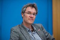 """Pressekonferenz zu den Grossdemonstrationen """"CETA und TTIP stoppen!"""" am 17. September in sieben Staedten.<br /> Am Dienstag den 23. August 2016 stellten der Vorsitzender der Gewerkschaft ver.di, die Praesidentin von Brot fuer die Welt, der Geschaeftsfuehrer des Deutschen Kulturrates, der Bundesvorsitzender der NaturFreunde Deutschlands, der Hauptgeschaeftsfuehrer des Paritaetischen Wohlfahrtsverbandes und der Geschaeftsfuehrer von Campact die Ziele der geplanten Grossdemonstrationen """"CETA und TTIP stoppen!"""" im Haus der Bundespressekonferenz vor.<br /> Nach Meinung der Veranstalter der Demonstrationen sind CETA und TTIP nicht dem Gemeinwohl in der EU, den USA und Kanada verpflichtet, sondern den Interessen von Konzernen und Investoren. Dagegen sollen mehrere hunderttausend Menschen am 17. September in sieben Staedten auf die Strasse gehen.<br /> Zu den Demonstrationen rufen auf: Wohlfahrts-, Sozial- und Umweltverbaende, Gewerkschaften, Organisationen fuer Demokratie-, Kultur- und Entwicklungspolitik, fuer Verbraucher- und Mieterschutz und nachhaltige Landwirtschaft, aus Kirchen sowie kleinen und mittleren Unternehmen. Dem Traegerkreis gehoeren 30 Organisationen auf Bundesebene an, unterstuetzt von regional aktiven Initiativen und Buendnissen sowie von Parteien.<br /> Im Bild: Christoph Bautz, Geschaeftsfuehrer von Campact.<br /> 23.8.2016, Berlin<br /> Copyright: Christian-Ditsch.de<br /> [Inhaltsveraendernde Manipulation des Fotos nur nach ausdruecklicher Genehmigung des Fotografen. Vereinbarungen ueber Abtretung von Persoenlichkeitsrechten/Model Release der abgebildeten Person/Personen liegen nicht vor. NO MODEL RELEASE! Nur fuer Redaktionelle Zwecke. Don't publish without copyright Christian-Ditsch.de, Veroeffentlichung nur mit Fotografennennung, sowie gegen Honorar, MwSt. und Beleg. Konto: I N G - D i B a, IBAN DE58500105175400192269, BIC INGDDEFFXXX, Kontakt: post@christian-ditsch.de<br /> Bei der Bearbeitung der Dateiinformationen darf die Urheberkennzeichnung """