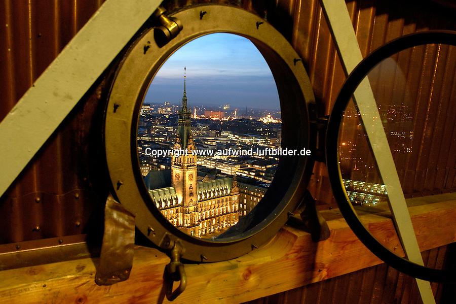 Rathaus Hamburg aus dem Fenster: EUROPA, DEUTSCHLAND, HAMBURG 01.12.2005: Das Hamburger Rathaus, Lichter der Grossstadt, Durchblick, Winterstimmung.<br /> Blick durch ein Fenster.