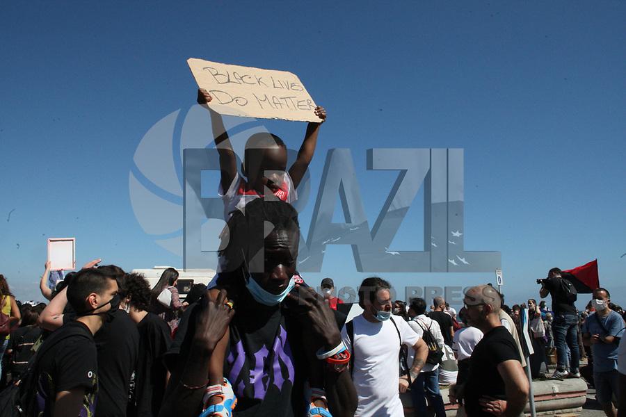 NAPOLES, ITALIA, 07.06.2020 - PROTESTO-ITALIA - Manifestantes realizam protesto em contra o Racismo e em memória de de George Floyd em Nápoles na Italia. (Foto: Salvatori Esposito/Brazil Photo Press)