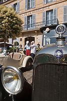 Europe/France/Aquitaine/24/Dordogne/Sarlat: Lors du  passage d'un rallye de voiture d'époque devant l'Hôtel de la Madeleine, place de la petite Rigaudie