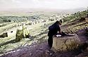 Iran 1974.Camp de réfugiés kurdes à Nelliwan, femme préparant le pain.Iran 1974.Kurdish refugees' camp in Nelliwan, a woman cooking bred