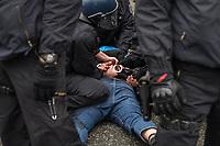"""Sogenannten """"Querdenker"""" sowie verschiedene rechte und rechtsextreme Gruppen hatten fuer den 18. November 2020 zu einer Blockade des Bundestag aufgerufen. Sie wollten damit verhindern, dass es """"eine Abstimmung ueber das Infektionsschutzgesetz"""" gibt - unabhaengig ob es diese Abstimmung tatsaechlich gibt.<br /> Bereits in den Morgenstunden versammelten sich ca. 2.000 Menschen, wurden durch Polizeiabsperrungen jedoch gehindert zum Reichstagsgebaeude zu kommen. Sie versammelten sich daraufhin u.a. vor dem Brandenburger Tor.<br /> Im Bild: Die Polizei nimmt einen Mann fest, der mit einer Flasche auf die Beamten geworfen hat.<br /> 18.11.2020, Berlin<br /> Copyright: Christian-Ditsch.de<br /> 18.11.2020, Berlin<br /> Copyright: Christian-Ditsch.de"""