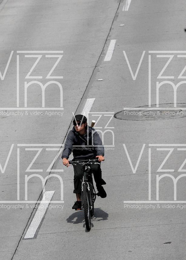 BOGOTA - COLOMBIA - 07-02-2014. Ciclistas viajan por una ciclo ruta hoy durante el Día sin Carro en Bogota. / Bikers ride along the bike path today during the Day without Car in Bogotá.  Photo: VizzorImage/ Luis Ramirez / Staff