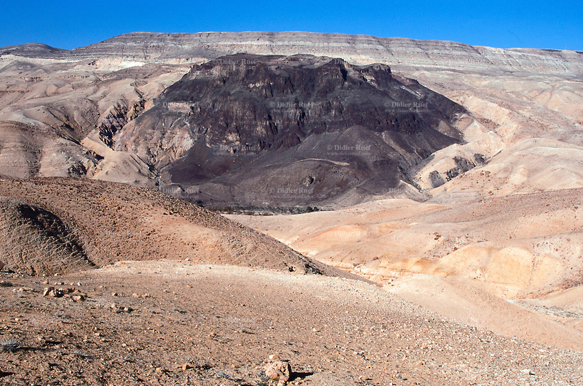 Jordan. Between Karak and Tafila. Old Kings road. Deserted landscape. © 2002 Didier Ruef