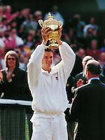 1996, England, London, Wimbledon, AELTC, Richard Krajicek wins Wimbledon and prowdly shows the trophy
