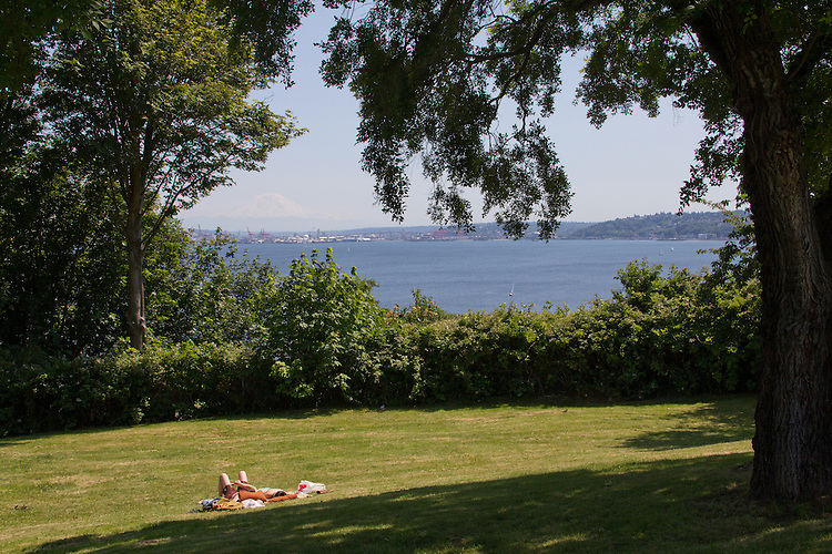 Seattle, young couple in the sun, Magnolia Bluff, Ursula Judkins Viewpoint, park overlooking Port of Seattle, Elliott Bay, Puget Sound, Washington State, Pacific Northwest, USA,