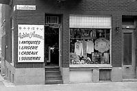 Le Quartier de Montreal dans les années 80<br /> <br /> Boutique, LaGauchetiere et St-Urbain, 19 juillet 1985