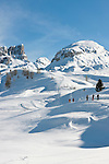 Italy, Veneto, Province Belluno, ski run at Passo di Falzarego with prominent Monte Averau mountain | Italien, Venetien, Provinz Belluno, Skipiste am Falzaregopass, mit dem markanten Monte Averau