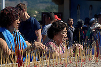 Gläubige bei Guan Yin Statue des Nanshan-Tempel bei Sanya auf der Insel Hainan, China<br /> Praying at Guan Yin Statue of Nanshan-temple near Sanya, Hainan island, China