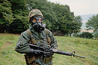 - Royal Army, soldier with NBC (nuclear, bacteriological, chemical) during NATO exercises in Germany....- Royal Army, militare in tenuta NBC (nucleare, batteriologico, chimico) durante esercitazioni NATO in Germania