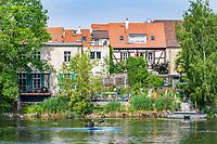 Paddler vor historischen Häusern an der Havel, Brandenburg an der Havel, Brandenburg, Deutschland
