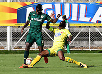 BOGOTA - COLOMBIA -05 -11-2016: Yessy Mena (Izq.) jugador de La Equidad disputa el balón con Michael Balanta (Der.) jugador de Atletico Bucaramanga, durante partido entre La Equidad y Atletico Bucaramanga, por la fecha 19 de la Liga Aguila II-2016, jugado en el estadio Metropolitano de Techo de la ciudad de Bogota. / Yessy Mena (L) player of La Equidad vies for the ball with Michael Balanta (R) player of Atletico Bucaramanga, during a match La Equidad and Atletico Bucaramanga, for the  date 19 of the Liga Aguila II-2016 at the Metropolitano de Techo Stadium in Bogota city, Photo: VizzorImage  / Luis Ramirez / Staff.