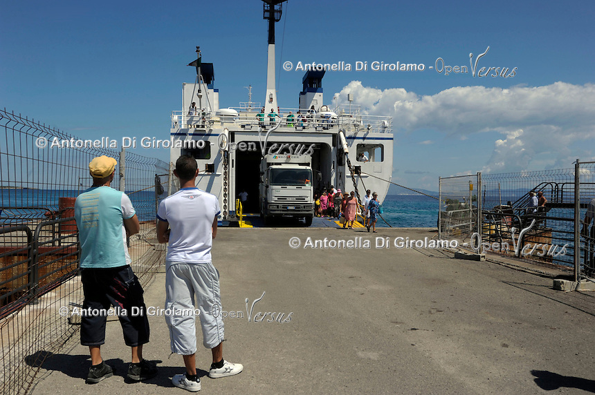 L'arrivo dei turisti. The arrival of tourists.Traghetto Toremar.